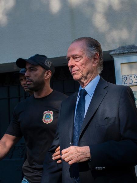 Carlos Arthur Nuzman ao chegar à Polícia Federal após ser preso no Rio de Janeiro, em 2017 - Mauro Pimentel/AFP