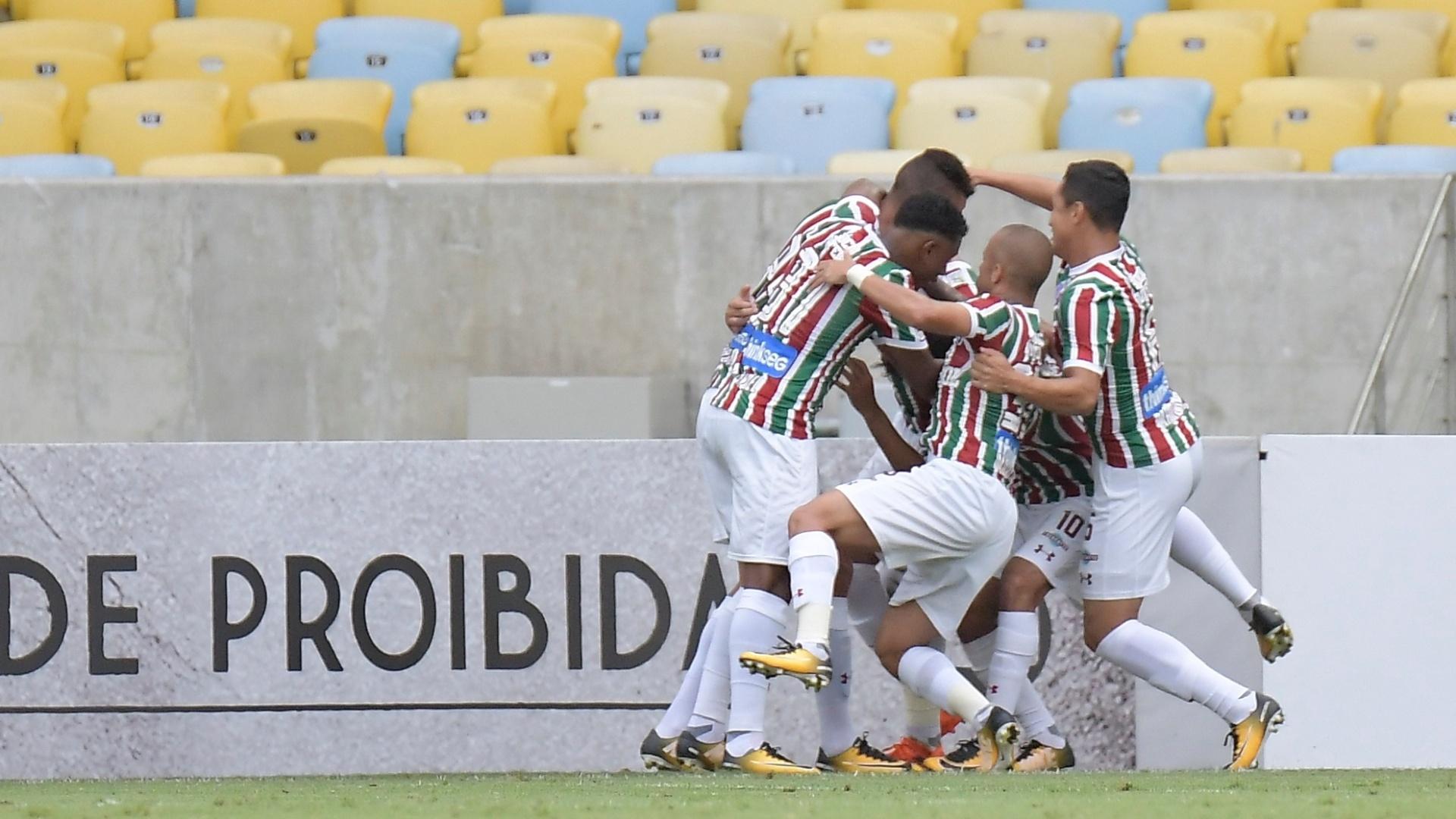 Jogadores do Fluminense comemoram gol de Henrique Dourado contra o Avaí