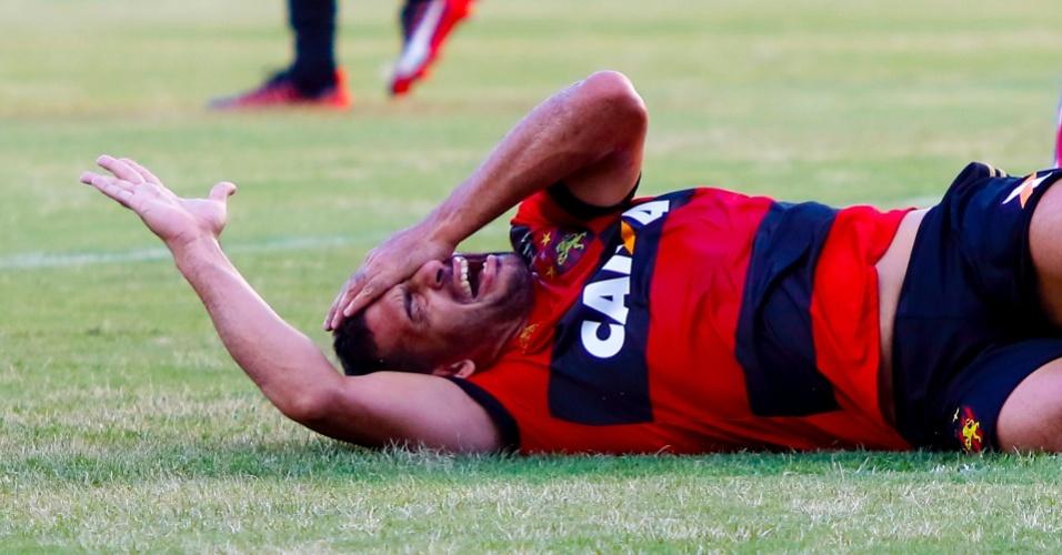 Diego Souza vai ao chão no jogo entre Sport e Bahia