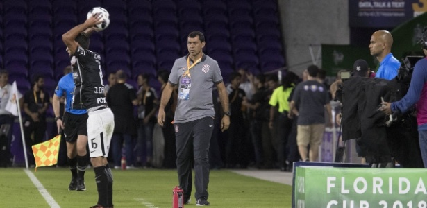 Carille observa o lateral Juninho capixaba em ação durante a partida contra o PSV