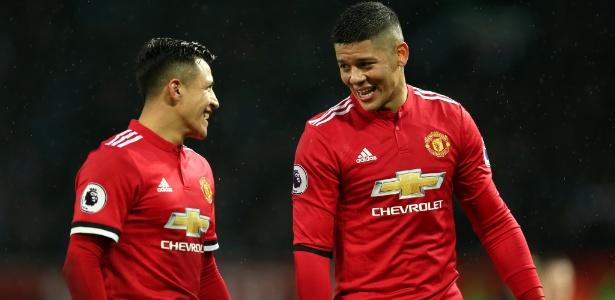 Sánchez e Rojo dão risada durante jogo do United contra o Huddersfield Town