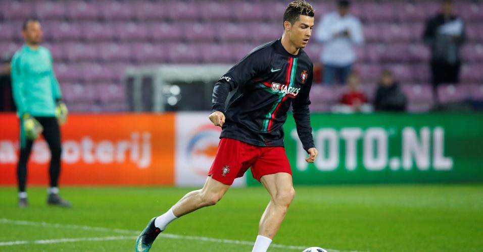 Cristiano Ronaldo realiza o aquecimento antes da partida entre Portugal e Holanda