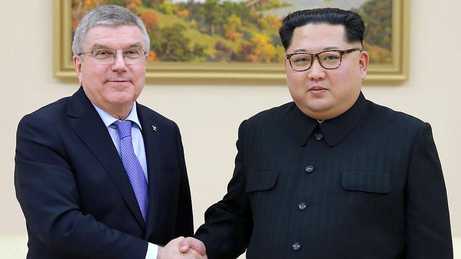 Presidente do COI, Thomas Bach cumprimenta líder Kim Jong-Un durante visita à Coreia do Norte - AFP