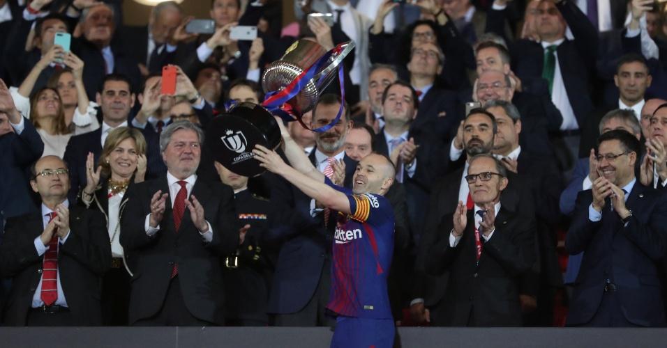 Iniesta levanta a taça da Copa do Rei após vitória do Barcelona por 5 a 0 diante do Sevilla.