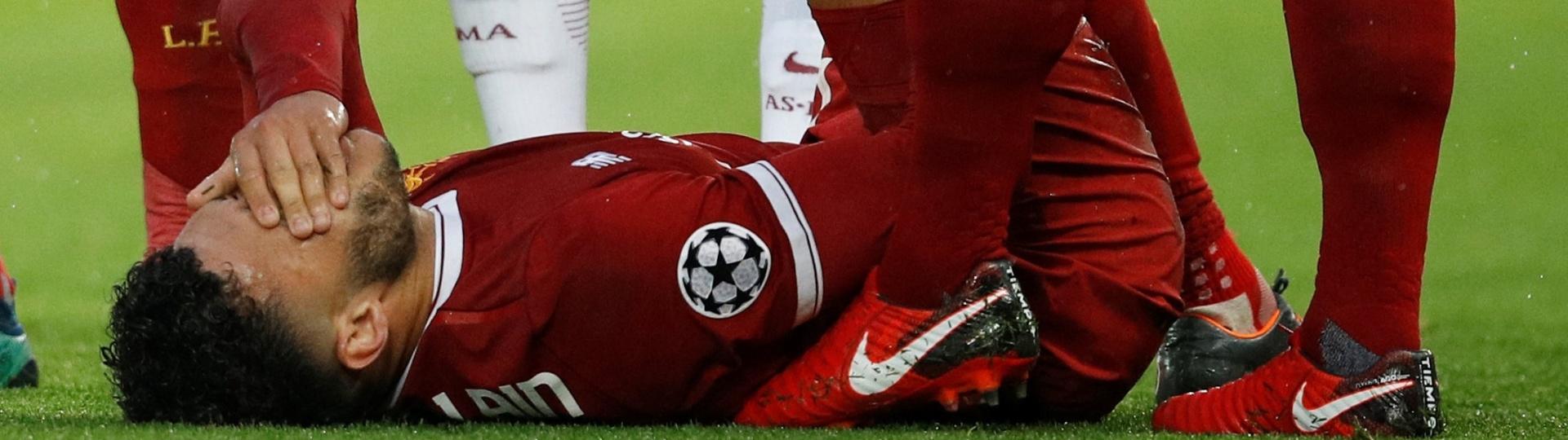 Alex Oxlade-Chamberlain sente uma lesão no joelho e é substituído