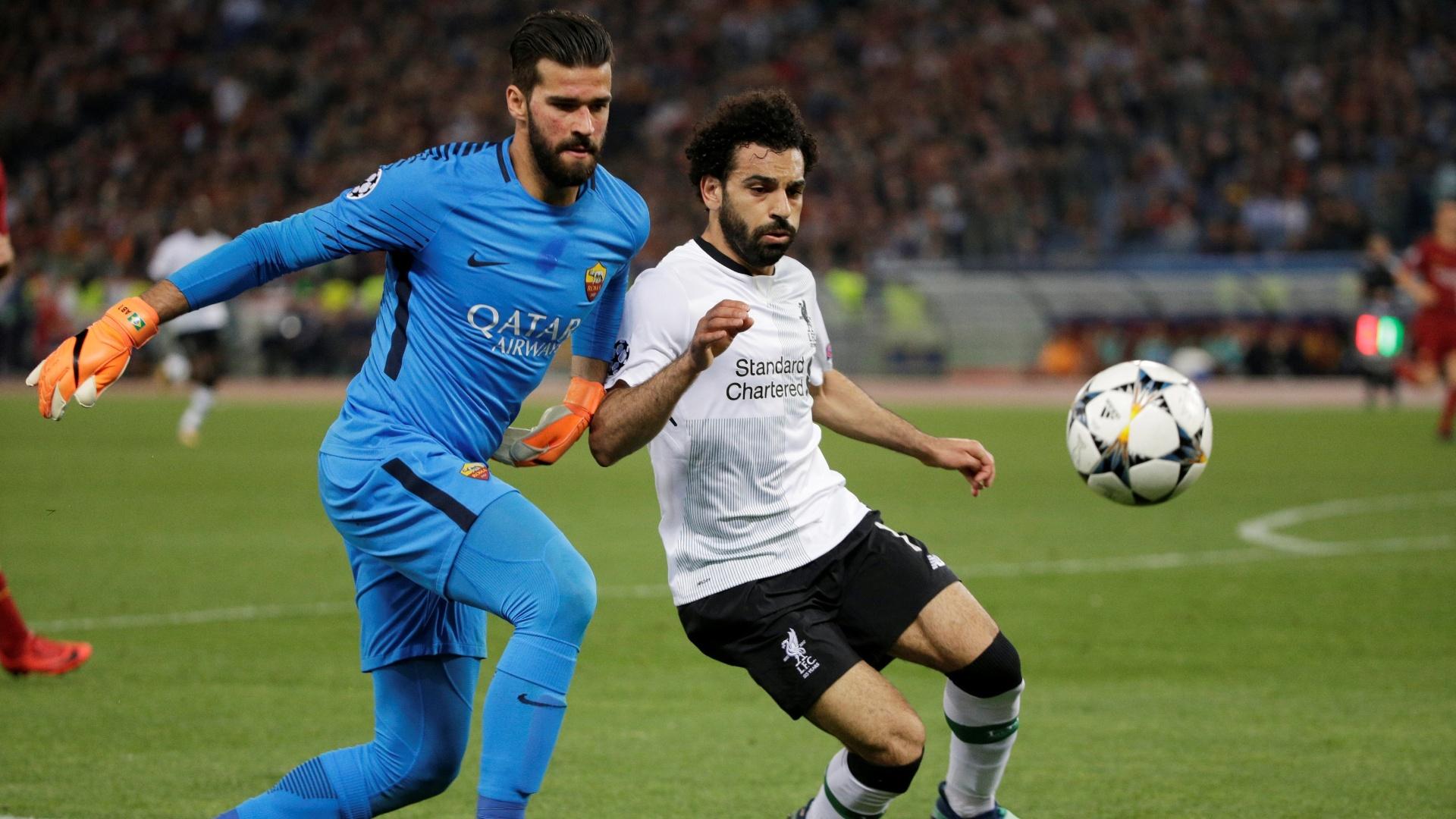 Alisson quase se complica ao disputar bola com Salah fora da área
