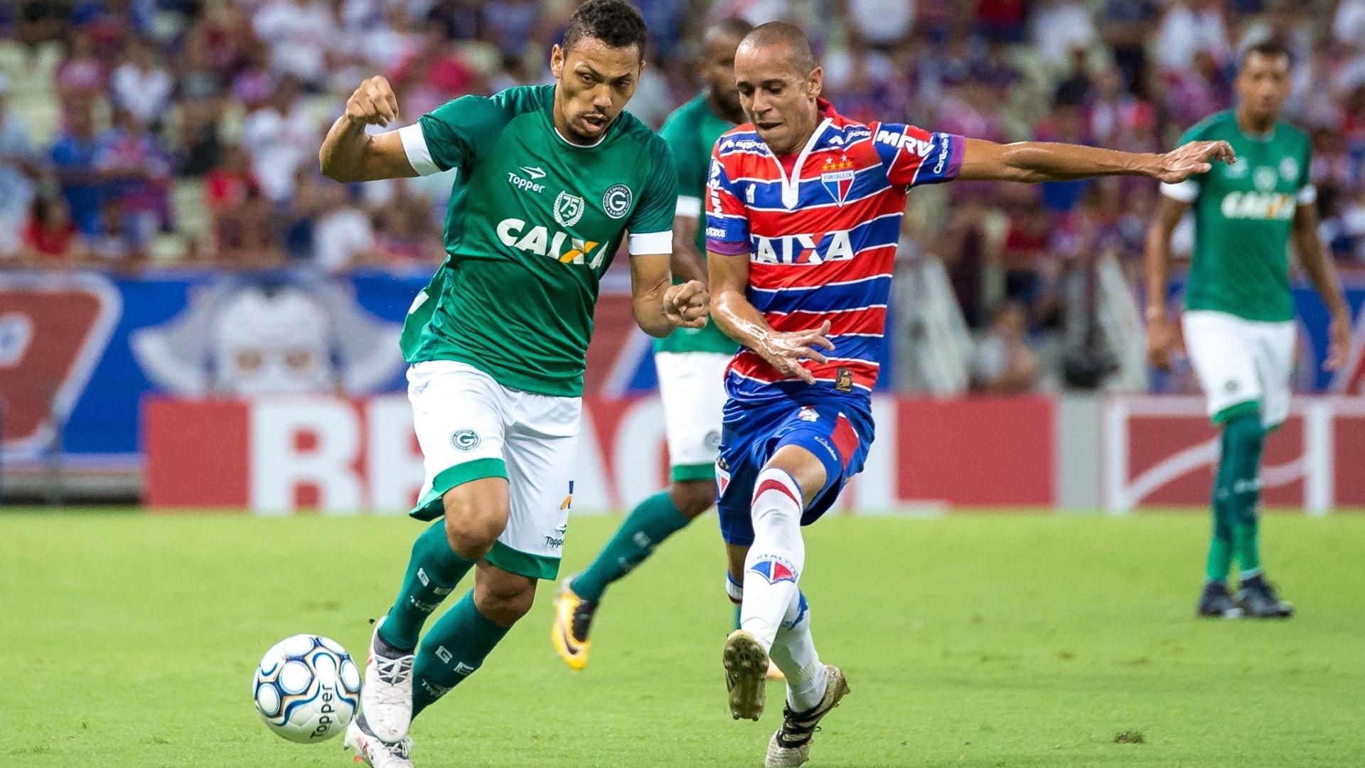 Alex Silva e Darley disputam bola durante Fortaleza x Goiás