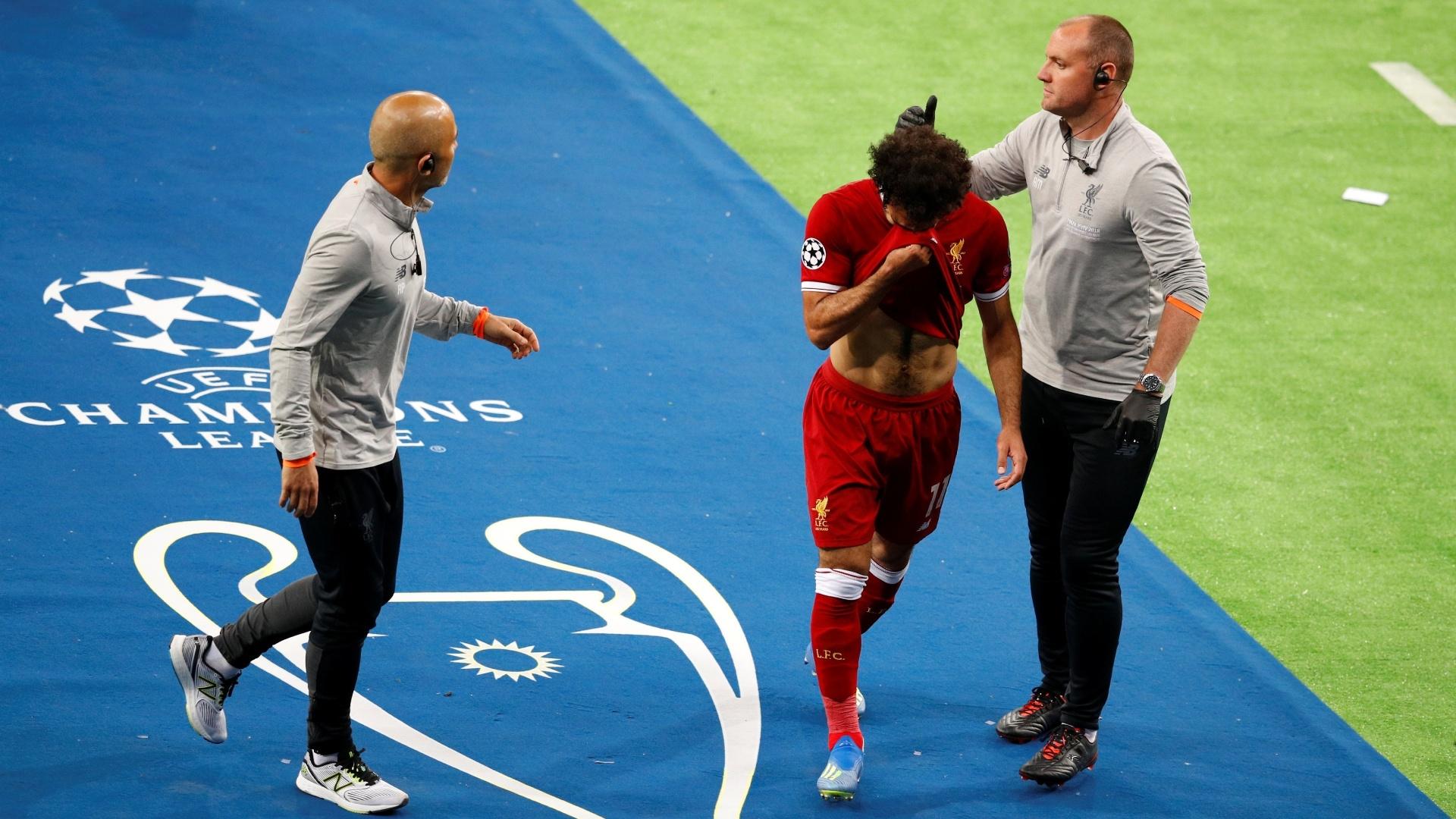 Salah deixa campo chorando após choque com Sergio Ramo