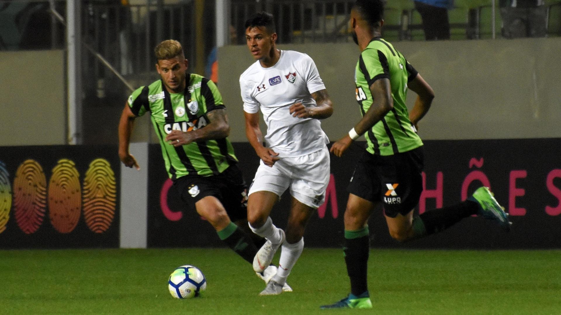 O volante Richard em lance da partida entre América-MG e Fluminense