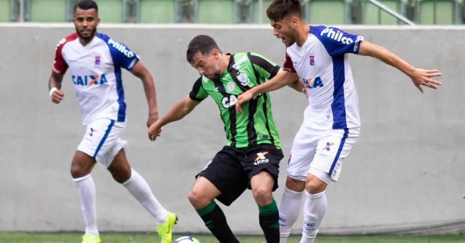 Leandro Donizete e Leandro Vilela disputam bola na partida América-MG x  Paraná Clube pelo 0b346cde57365