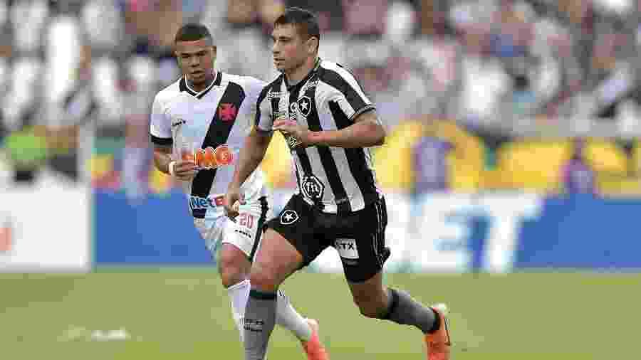 Diego Souza conduz a bola sob olhares de Yan Sasse em Botafogo x Vasco, pelo primeiro turno do Brasileiro 2019 -  Thiago Ribeiro