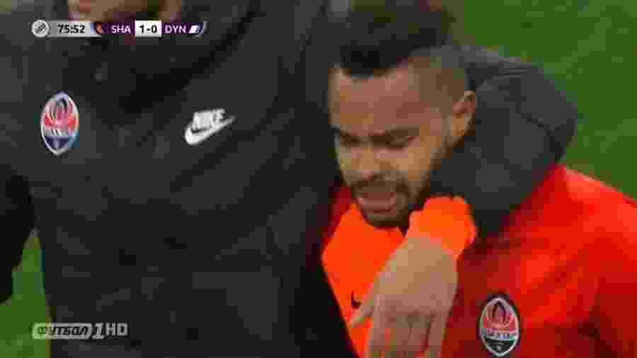 Dentinho é consolado por companheiro de time ao sair do gramado após sofrer insultos racistas - Reprodução