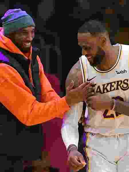 LeBron James e Kobe Bryant conversam durante jogo dos Lakers em dezembro de 2019 -  John McCoy/Getty Images