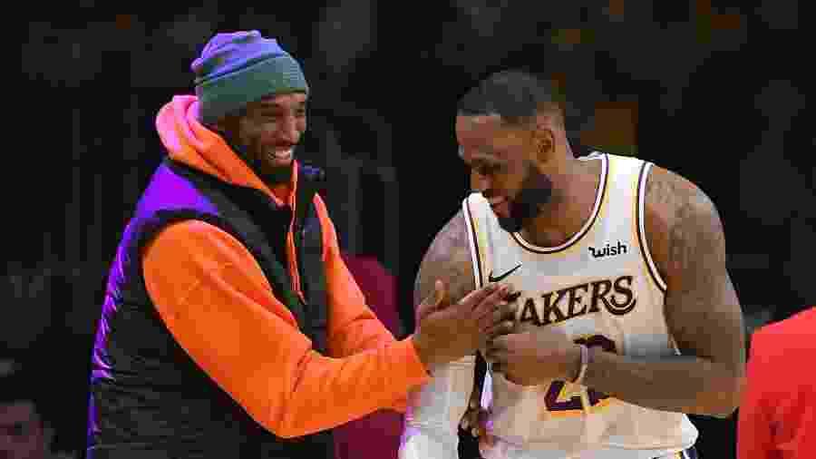 LeBron James e Kobe Bryant brincam durante jogo dos Lakers em dezembro de 2019 -  John McCoy/Getty Images