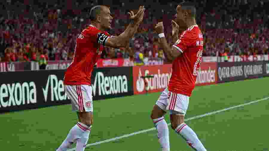"D""Alessandro e Marcos Guilherme comemoram o gol do Internacional contra o Tolima - Maxi Franzoi/AGIF"