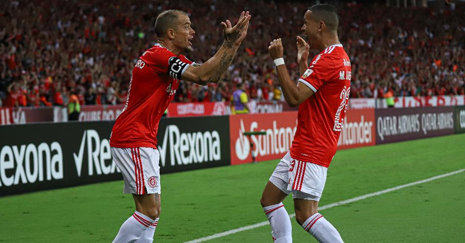 D'Alessandro e Marcos Guilherme comemoram o gol do Internacional contra o Tolima