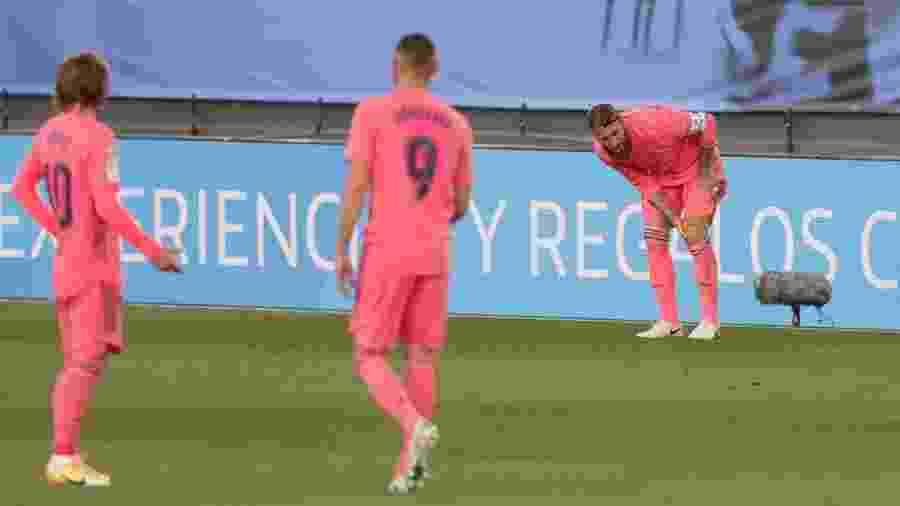 Zagueiro sentiu dores no joelho esquerdo em partida do Real Madrid contra o Cadiz - Gonzalo Arroyo Moreno/Getty Images