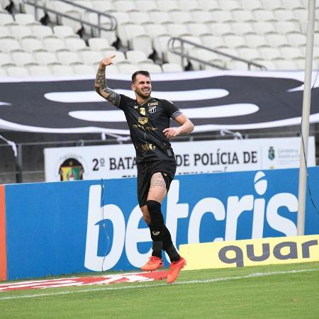 Felipe Vizeu comemora após marcar pelo Ceará contra o Atlético-MG, em jogo do Brasileirão - Kely Pereira/AGIF