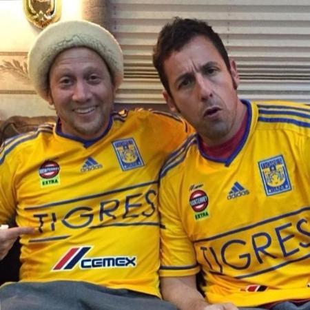 Atores Rob Schneider e Adam Sandler posam com a camisa do Tigres - Reprodução