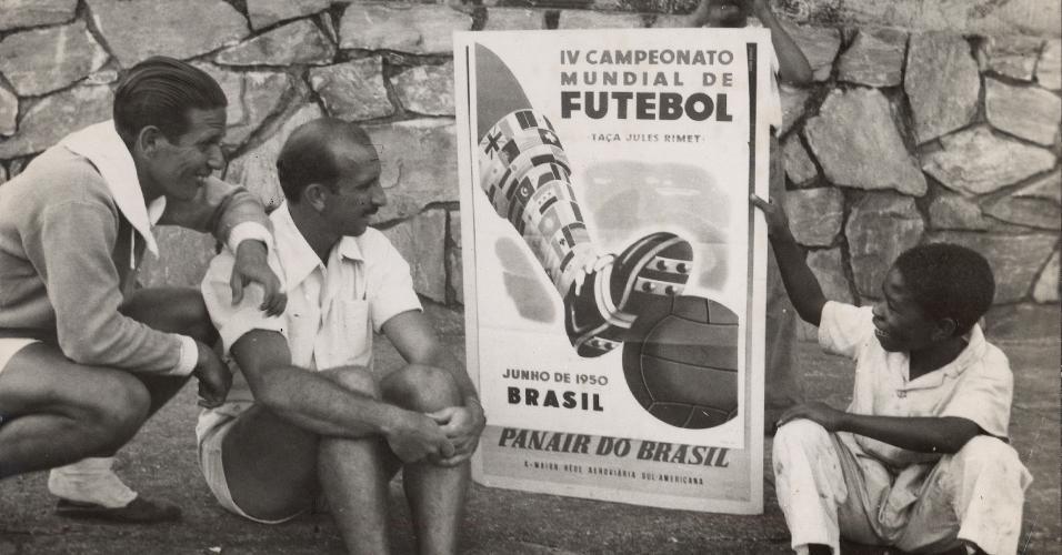 Augusto da Costa (centro) ao lado de cartaz da Copa do Mundo de 1950