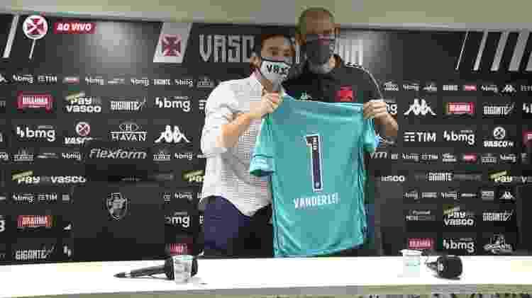 Goleiro Vanderlei é apresentado no Vasco da Gama pelo diretor-executivo de futebol, Alexandre Pássaro - Reprodução / Vasco TV - Reprodução / Vasco TV