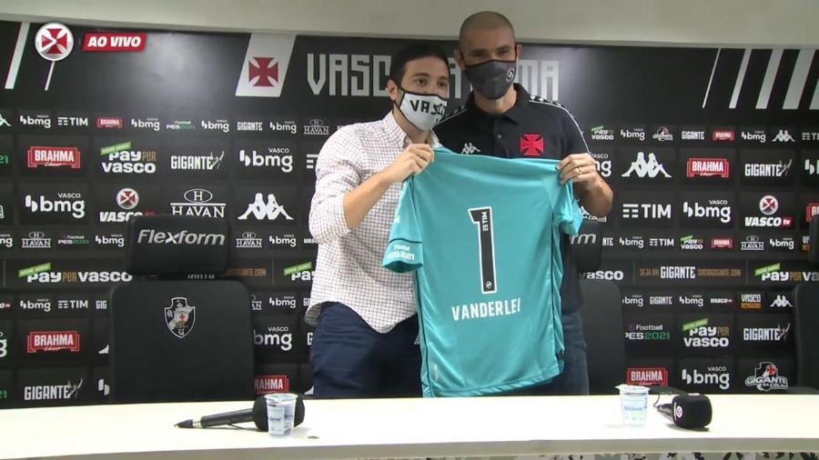 Goleiro Vanderlei é apresentado no Vasco da Gama pelo diretor-executivo de futebol, Alexandre Pássaro - Reprodução / Vasco TV