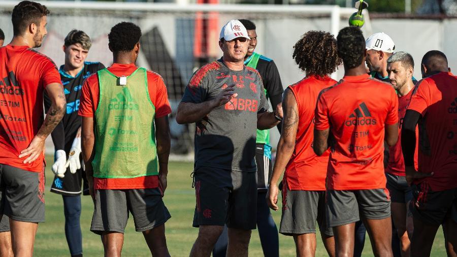 Técnico Rogério Ceni conversa com jogadores do Flamengo durante treinamento - Alexandre Vidal / Flamengo