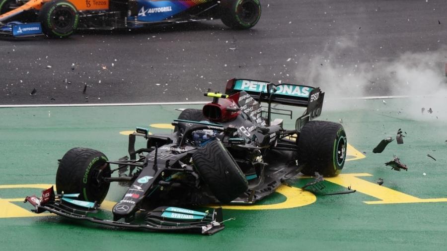 Carro da Mercedes dirigido por Bottas segundo após chocar com Lando Norris e Sergio Perez - Peter Kohalmi / POOL / AFP
