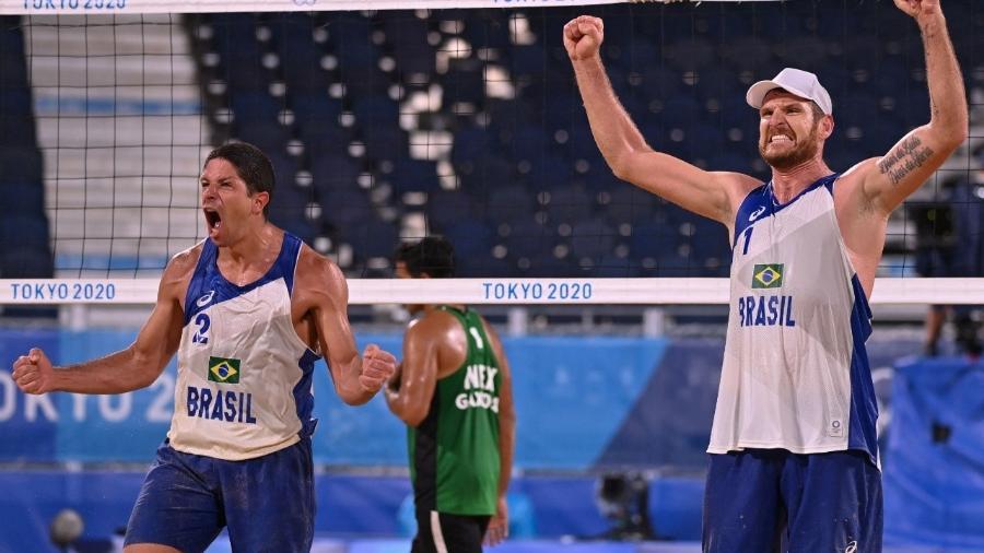 Alison e Álvaro comemoram classificação nas quartas de final do vôlei de praia - ANGELA WEISS / AFP
