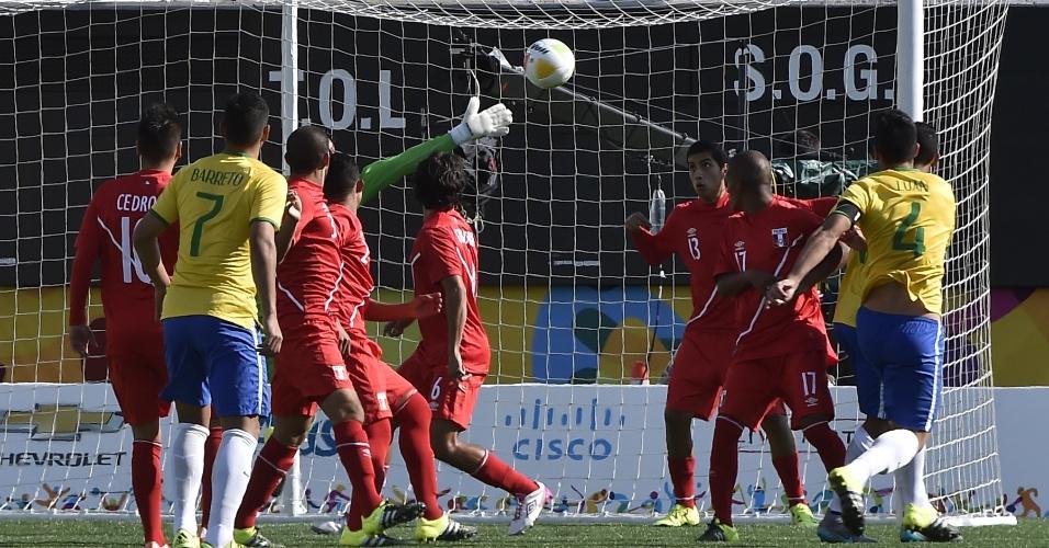 Goleiro do Peru não consegue evitar o gol de Luan