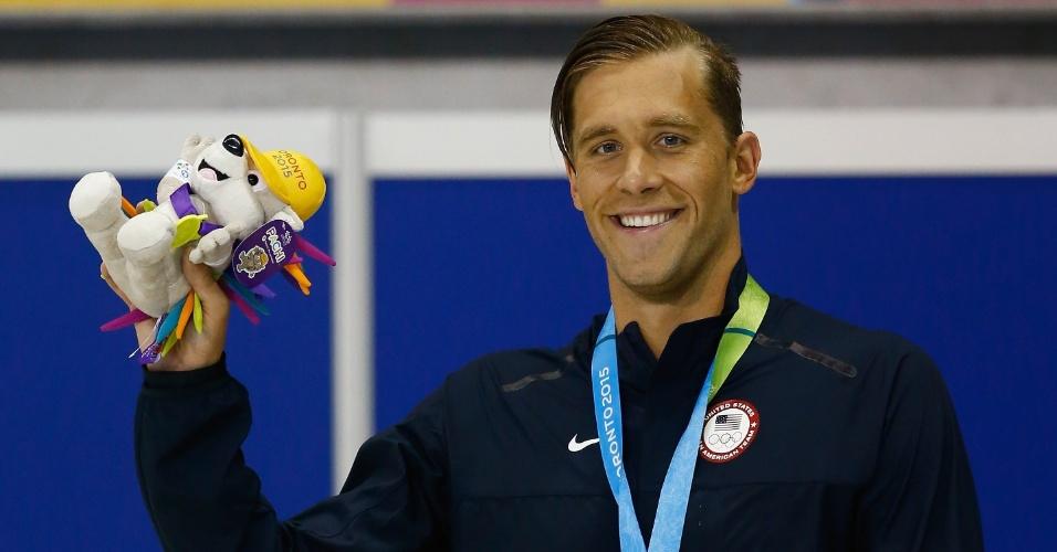 Norte-americano Nicolas Thoman foi para o pódio dos 100 m costas da natação com o cabelo cuidadosamente penteado para o lado