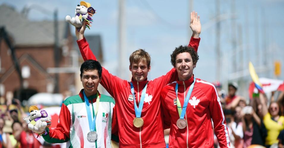 Ignacio Prado, do México, Hugo Houle, do Canadá, e Sean Mackinnon, também do Canadá, exibe mas medalhas de prata, ouro e bronze, respectivamente, do ciclismo de estrada
