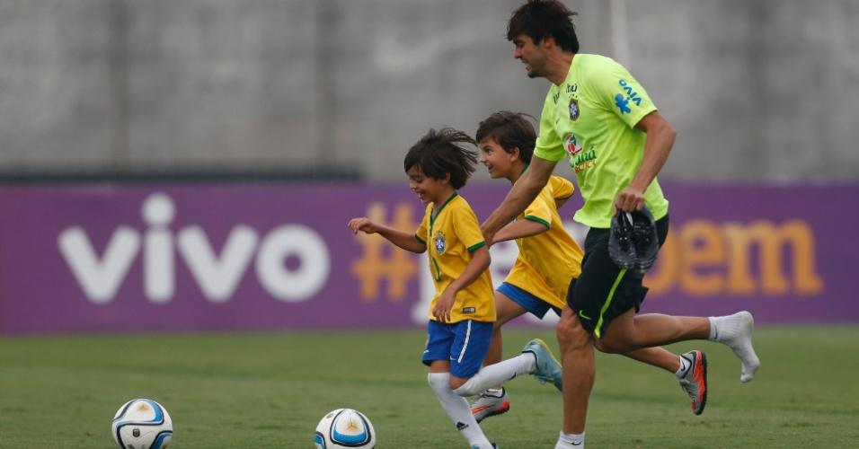 Kaká brinca com filho e amigo no treino da seleção brasileira