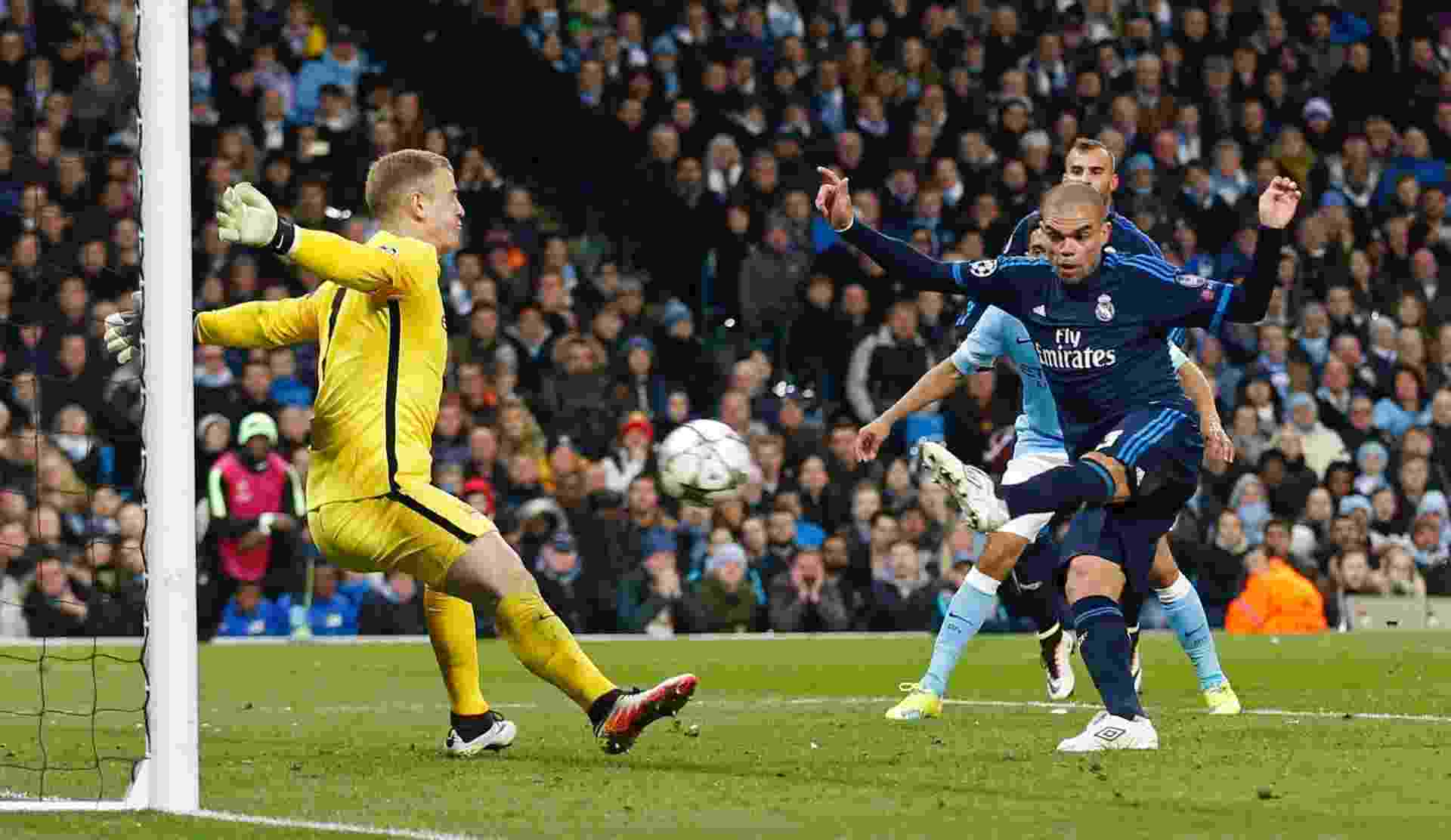 Joe Hart faz brilhante defesa em finalização de Pepe e impede o que poderia ter sido o gol da vitória do Real Madrid sobre o Manchester City - Phil Noble/Reuters