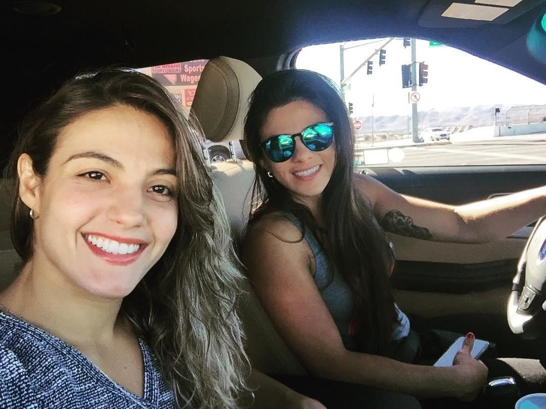 Poliana Botelho posa para foto com Claudinha Gadelha