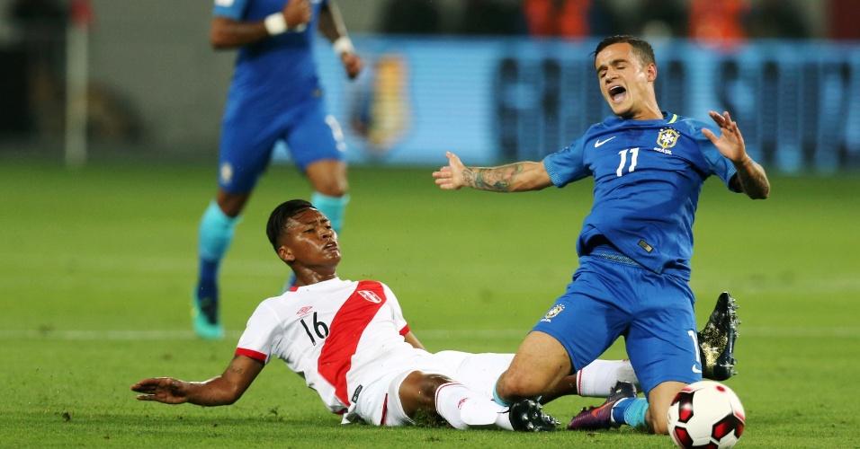 Philippe Coutinho reclama de falta em lance contra o Peru
