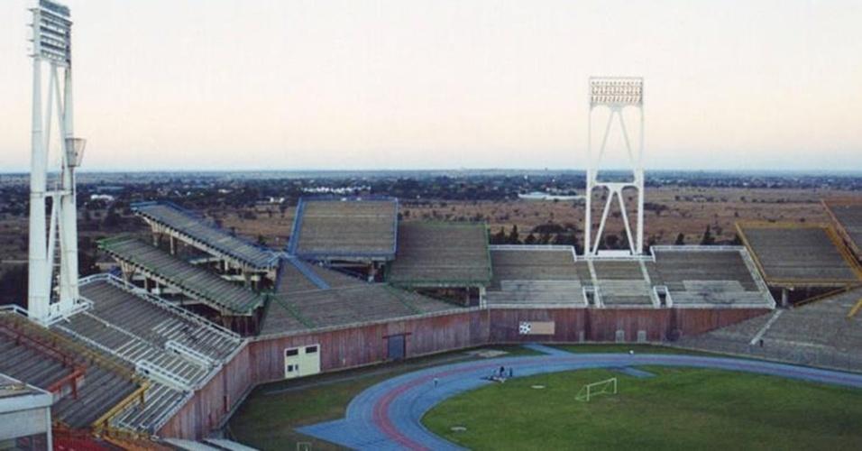 Perceba o incomum posicionamento das arquibancadas do estádio Mmabatho, na África do Sul