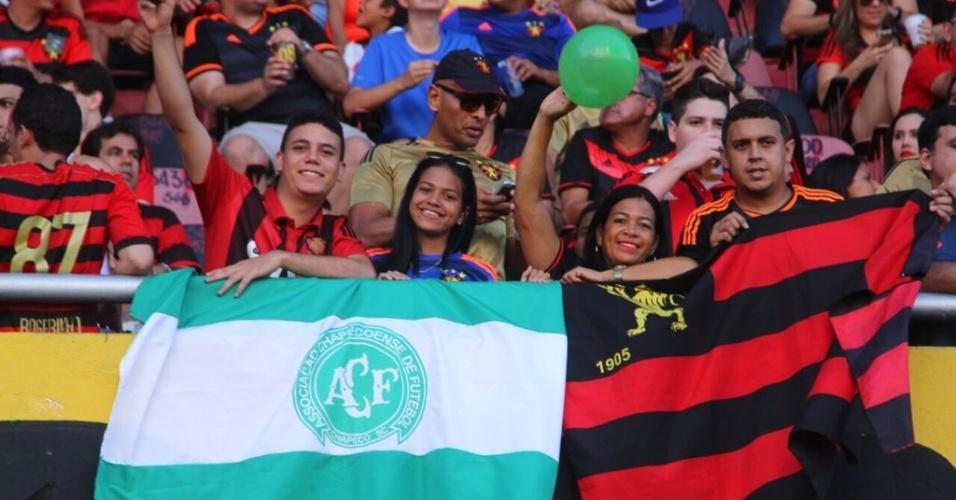 Torcedores do Sport exibem bandeiras e faixas de apoio à Chapecoense na partida contra o Figueirense, na Ilha do Retiro