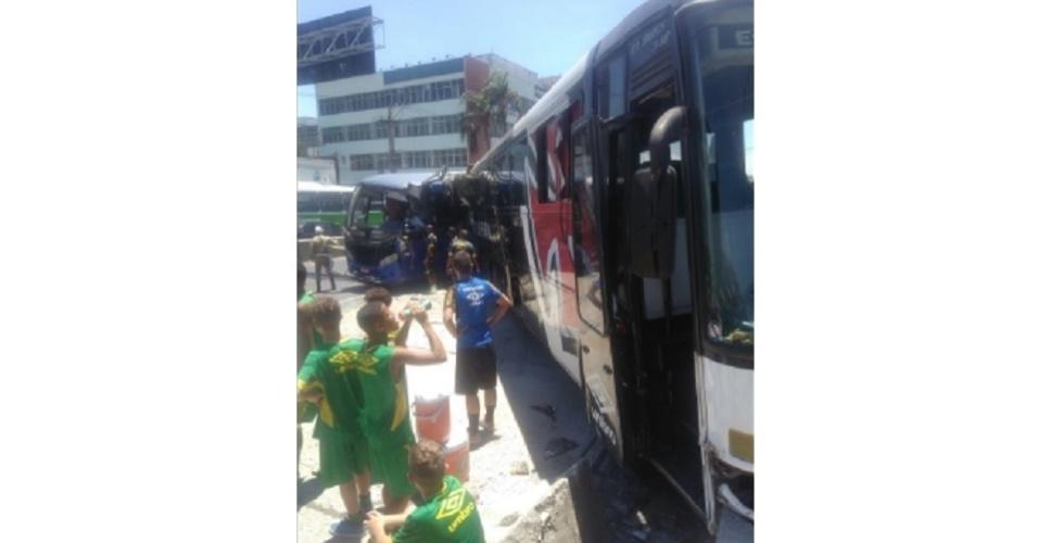 Ônibus sub-15 do Vasco sofreu acidente sem feridos na Avenida Brasil
