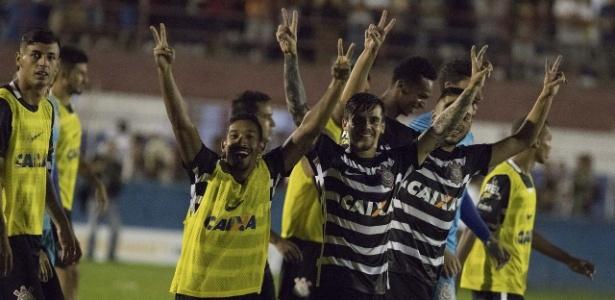 Jogadores do Corinthians celebram vitória nos pênaltis sobre o Brusque