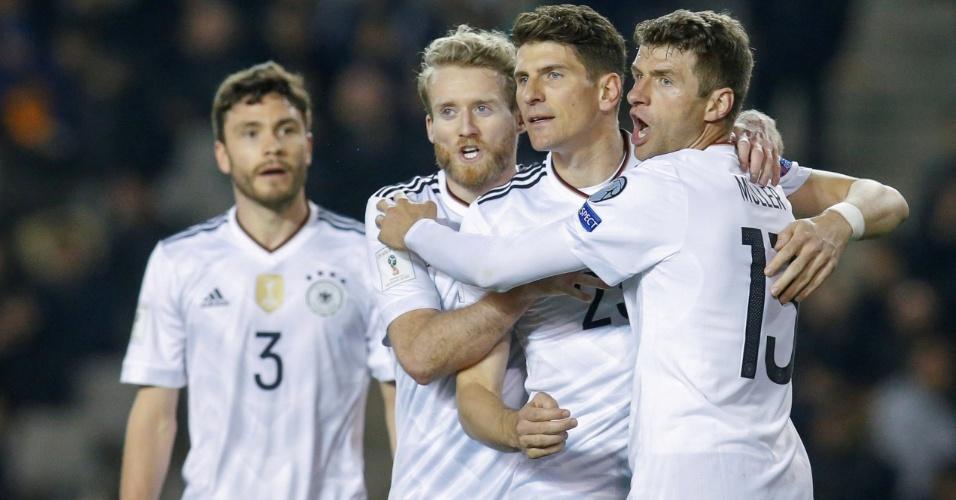 Jogadores da Alemanha comemoram gol sobre Azerbaijão