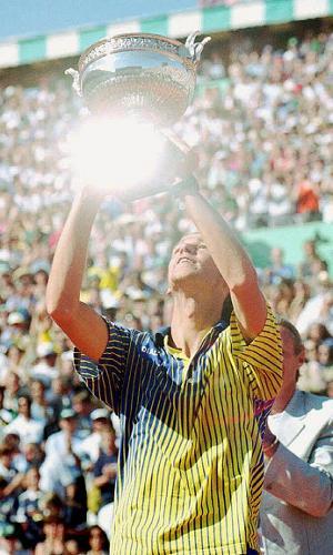 Gustavo Kuerten levanta o troféu após o título de Roland Garros em 1997