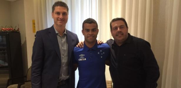 Alisson ao lado dos empresários Nick Arcuri e Fabiano Gudjenian, da Un1que Footbal, na renovação contratual com o Cruzeiro
