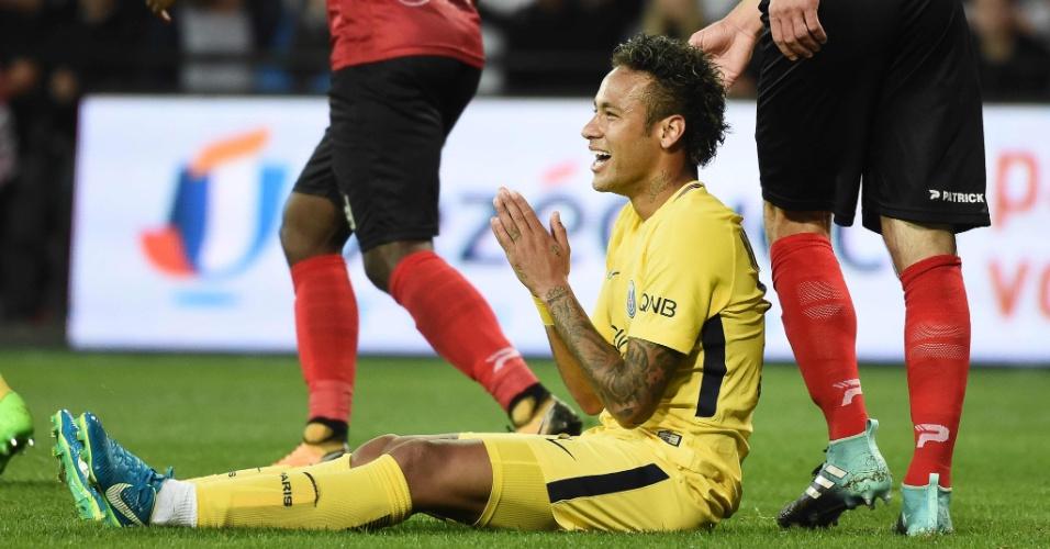 Neymar ri após reclamar de pênalti durante jogo contra o Guingamp