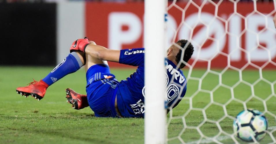 Alex Muralha no chão após sofrer um gol no jogo entre Santos e Flamengo