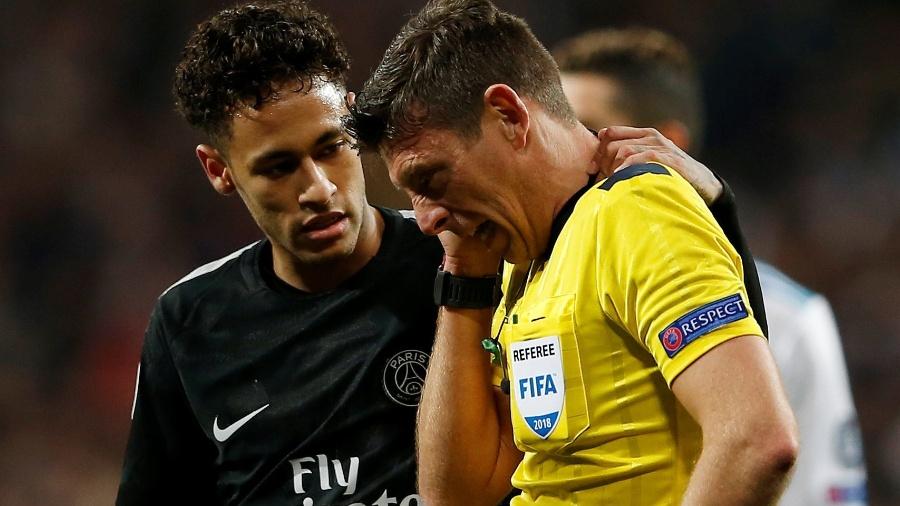 Após bolada, Neymar vê como ficou o árbitro Gianluca Rocchi