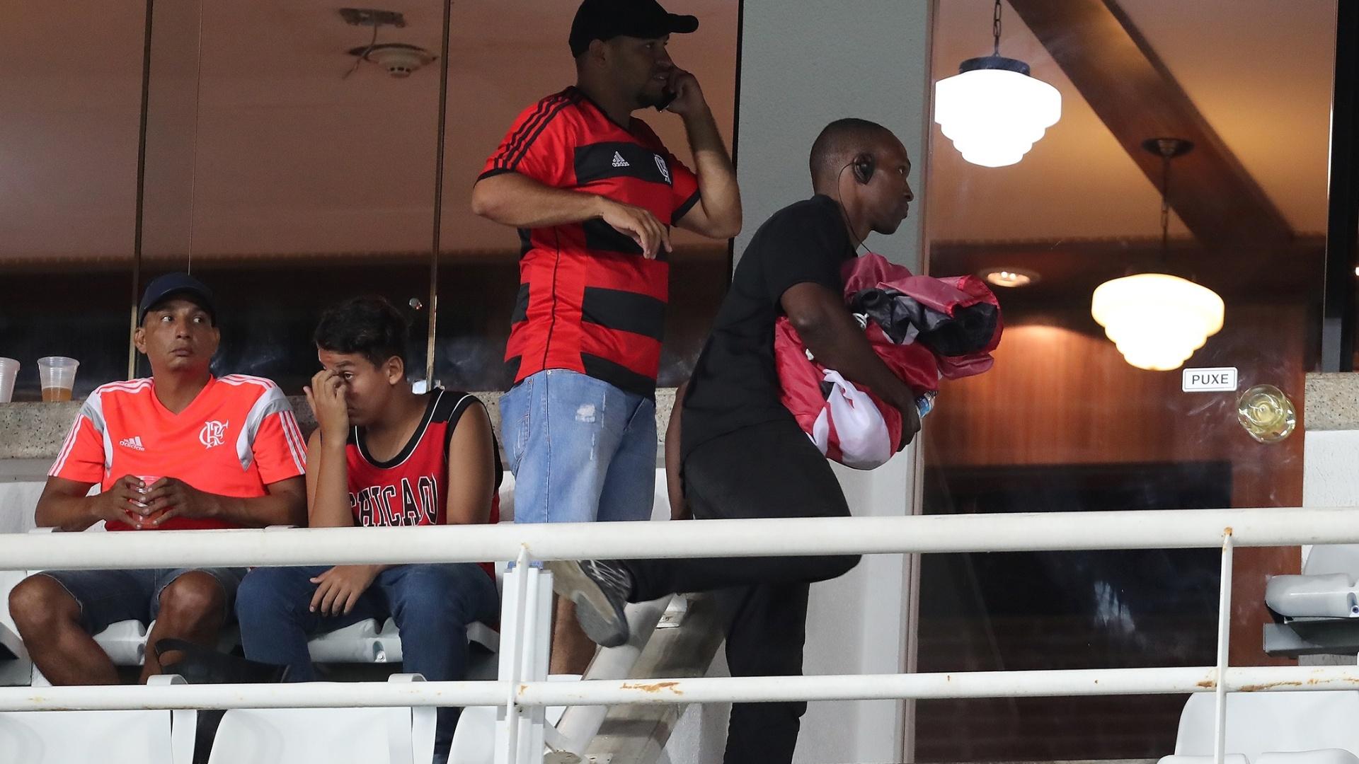 Bandeira em homenagem a Marielle Franco (PSOL) é retirada da arquibancada do Estádio Nilton Santos na partida Fluminense x Flamengo pela Taça Rio, segundo turno do Campeonato Carioca 2018