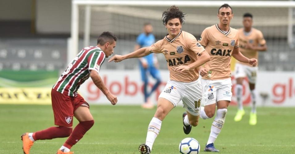 Dodô, do Santos, tenta passar pela marcação do Fluminense
