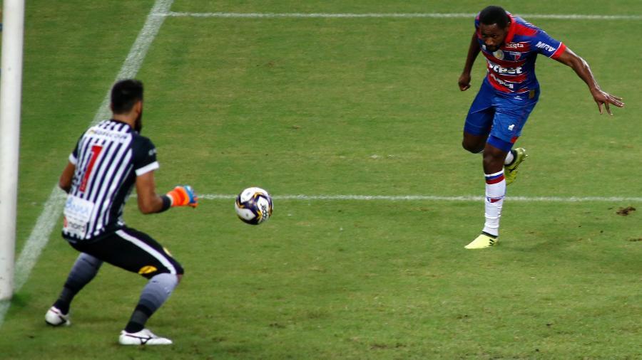 Tinga, do Fortaleza, finaliza contra o gol do Botafogo-PB em jogo válido pela Copa do Nordeste - LC Moreira/Estadão Conteúdo