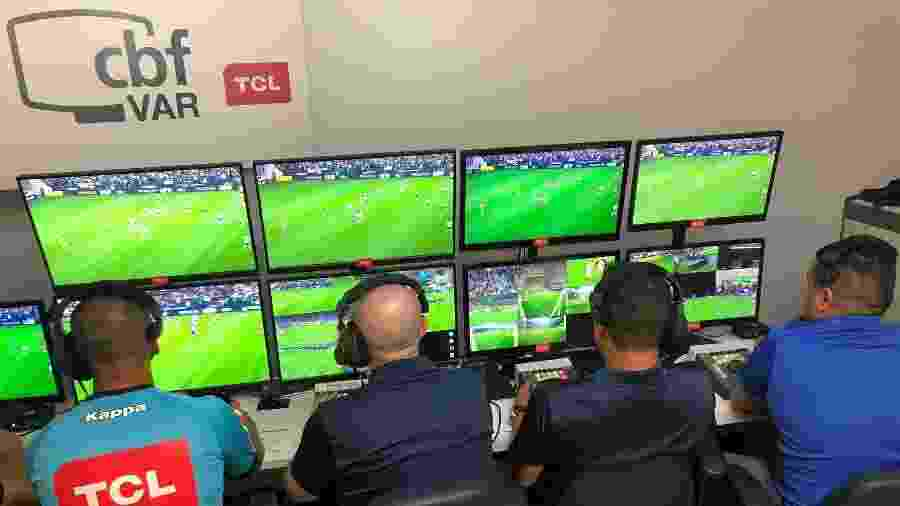 Sala de VAR na Arena Corinthians durante o Campeonato Brasileiro de 2019. Tecnologia tem custo alto - Fernando Torres / CBF
